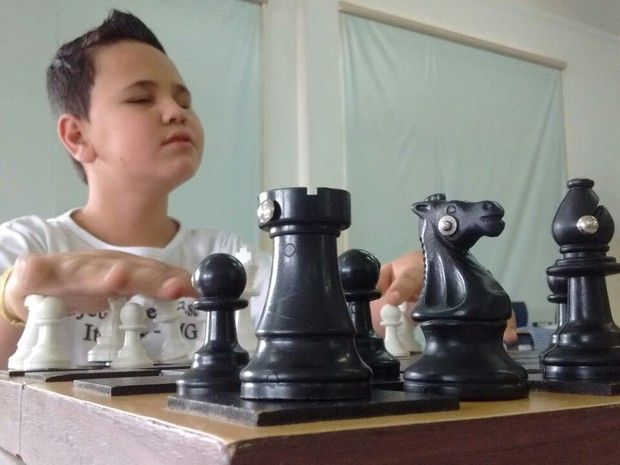Garoto de 10 anos com deficiência visual se dedica ao xadrez em MG