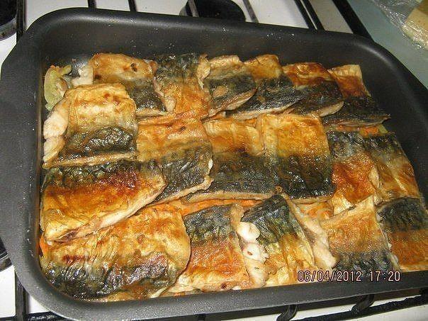 Время приготовления: 40 минутПорций: 4-6 Вам потребуется:  3 тушки скумбрии, лук -3 шт, морковь-2 шт, сыр, сметана, майонез.  Как готовить:1. Рыбу разделать на филе(как селедку), разрезать …
