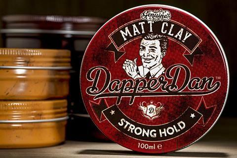 Dapper Dan Pomade Vintage inglesi  Dapper Dan è stato creato nel 2011 a Sheffield in Inghilterra, nato dall'esigenza degli uomini e dei ragazzi di oggi di tornare indietro nel tempo, soprattutto per quanto riguarda i tagli e le capigliature.  Dapper Dan lancia per prima la sua pomata 'Dapper Dan Matt Paste', e ,dato il suo enorme successo, quest'ultima viene poi seguita da altre due pomate, lanciate nel 2014: la 'Dapper Dan Deluxe' e la 'Dapper Dan Matt Clay'. Queste 3 pomate per capelli…