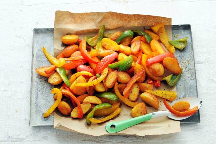 Makkelijk: je bereidt de aardappelen en groenten gewoon samen in één ovenschaal - Recept - Allerhande
