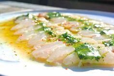 Dit is zo lekker. Vis garen in citrusvruchten, de zuren zorgen ervoor dat de vis langzaam gaart. Het recept wat volgt heb ik naar eigen smaak aangepast. Koriander vervangen door bladpeterselie en een dressing in de foodprocessor gedaan, daardoor krijg je een mooie gladde saus voor over je vis. Maar