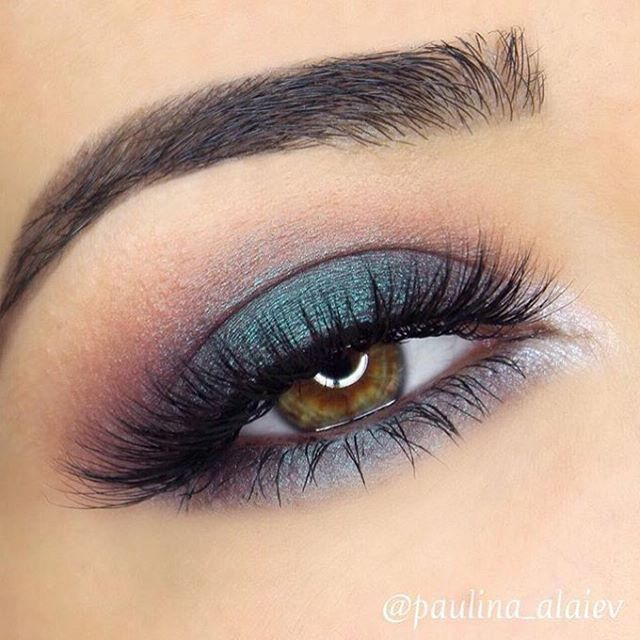 I am obsessed with this look right now by @paulina_alaiev  I love this color combo! She used Makeup Geek shadows: Peach Smoothie (crease) Bitten (outer corner and crease) Whimsical foil (inner tear duct) Secret Garden NEW Duochrome (on lid) Beautiful work @paulina_alaiev