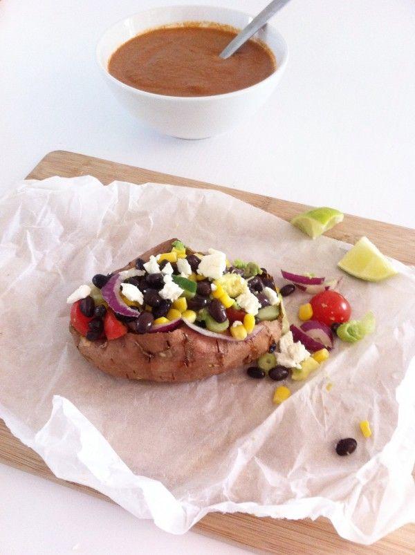 Gepofte+zoete+aardappel+met+zwarte+bonen+&+homemade+saus