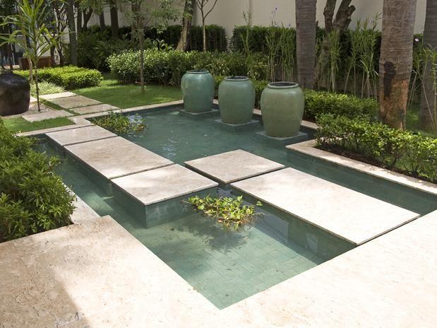 Lago ornamental geométrico com passagem de nível