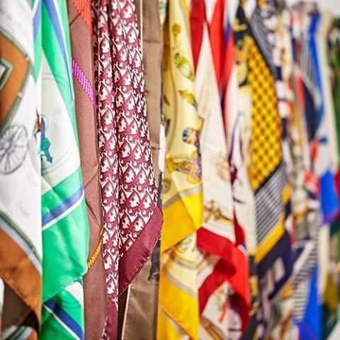 """""""Skjerf deg"""" heter det i Dagens Næringsliv D2 i dag. Ikke noe problem sier vi på Blomqvist nettauksjon! Vi har en mengde originale silkeskjerf fra de store motehusene som Dior, Hermès og Balmain. #vintagehermès #vintagedior #vintagebalmain #silk #vintagescarf #blomqvistnettauksjon #dagensnæringsliv #d2 #blomqvist #blomqvistnettauksjon #blomqvist_auksjoner"""