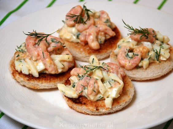 Deze romige garnalensalade met hardgekookte eieren en verse dille is makkelijk te maken en smaakt heerlijk! Serveer op toast als lunchgerecht of hapje.