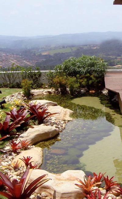 As pedras esculturais conferem elegância ao espelho-d'água com vista para a paisagem. Na construção, a terra escavada foi revestida com manta de EPDM, para garantir uma impermeabilização eficiente.