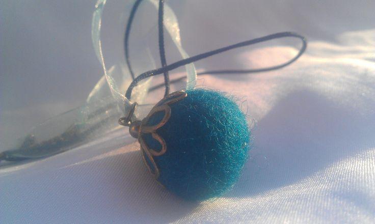 Kék nemezgolyós nyaklánc szatén szalagon, réz gyöngykupakkal, 1500,-