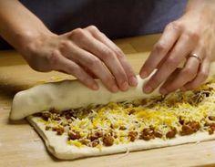 Fyld dejen med hakkekød og ost - 30 minutter senere har du snacks, som vil få din familie til at tigge efter mere | Dagens.dk