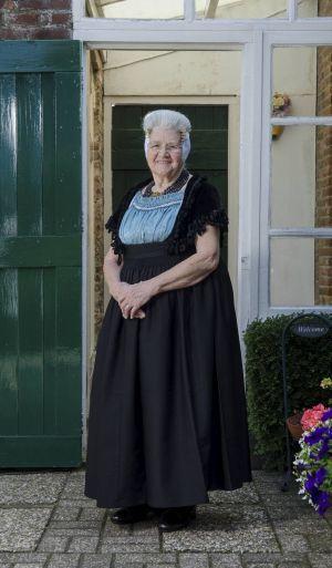 Johanna (Jo) Joosse-Minderhoud (85) uit het Zeeuwse Aagtekerke loopt als tachtig jaar dagelijks in Walcherse dracht. Beeld Niek Stam