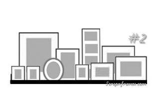 """Sur une étagère plus grande, vous pouvez créer des groupes de cadres. Noubliez pas de faire se """"chevaucher"""" les cadres de manière à créer l'unité... Introduisez de la variété : cadre de couleur différente (ici forme différente du cadre ovale), objet insolite..."""