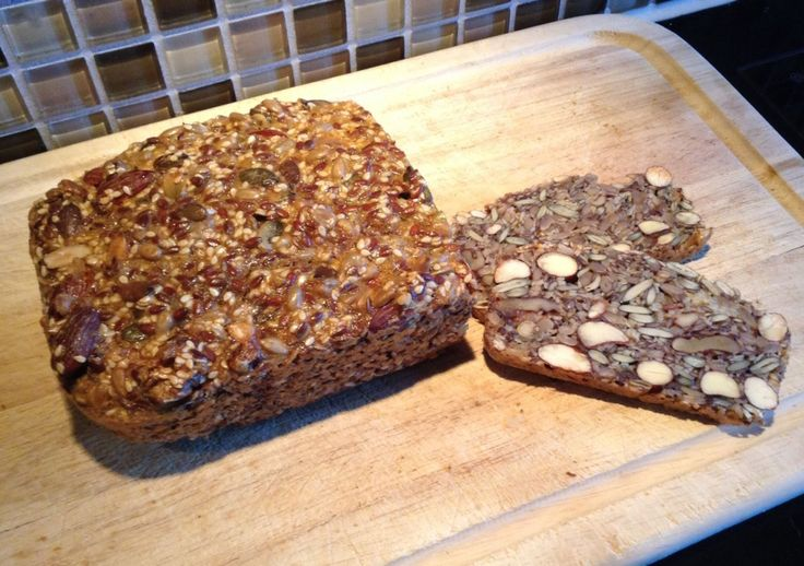 RASKT OG GODT: Å blande ingrediensene tar bare ti minutter, så skal brødet stekes i 50 til 60 minutter. Årsaken til at det er så raskt og enkelt å lage er ingrediensene, de består nemlig bare av egg, frø, kjerner og nøtter - og det smaker herlig. Foto: Stine Helén Tunstrøm