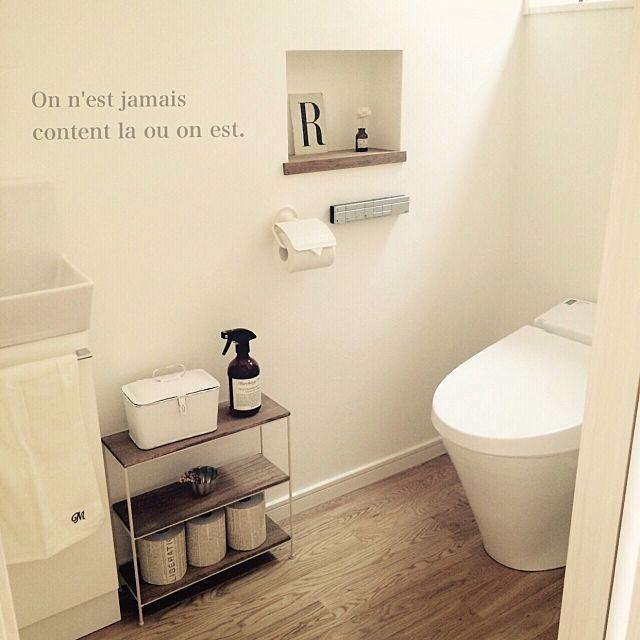 女性で、のトイレ/お食事中の方すみません。/Murchison-Hume/シンプル化…などについてのインテリア実例を紹介。「初のトイレです(⁎˃ᴗ˂⁎)ダークウォルナット×白な空間が落ち着きます♪イニシャルのタオルはシルク(100均)のものです。もう廃盤らしくてYの在庫がなかった⤵︎(´๑›ω‹๑)なので父のイニシャル 笑」(この写真は 2015-03-23 18:00:54 に共有されました)
