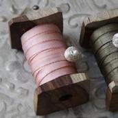 Rustikt bånd på træspole - rosa