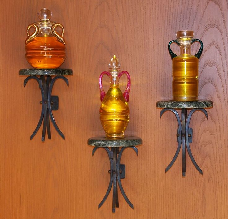 Los tres tipos de aceite santo: el santo crisma, el óleo de los catecúmenos y el óleo para la unción de los enfermos. Los tres son bendecidos en la misa crismal, en la mañana del Jueves Santo.