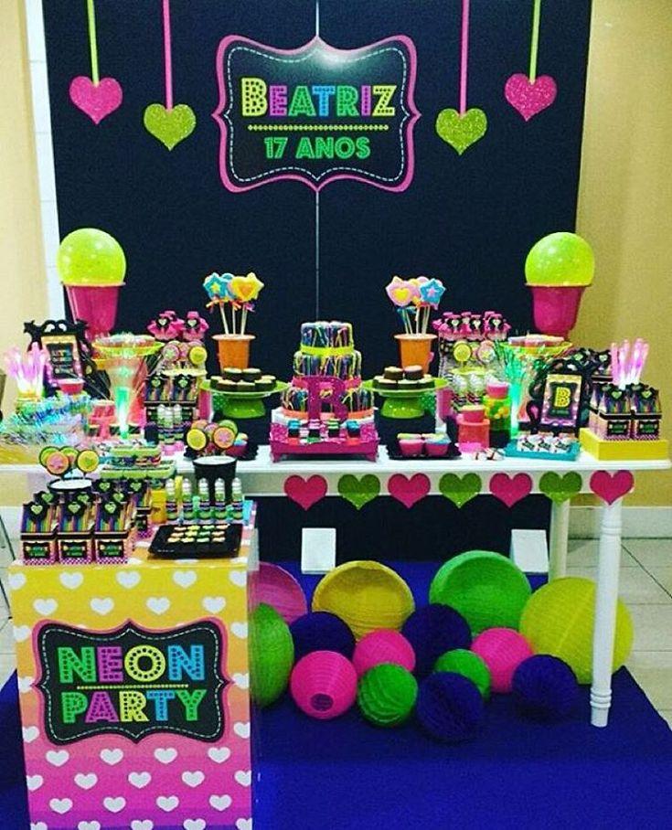 «Festa Neon linda e divertida para quem já não é muito criança, adorei! Por @lyartsatelie  #kikidsparty»