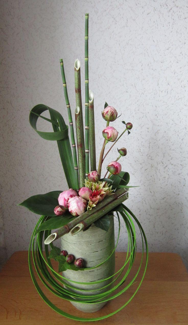 Esprit zen et moderne. On aime les cerceaux dans les tons verts, l'association avec les bambous et les fleurs roses pâles