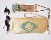 Sobre con motivo navajo. Sobre de cuero con cruz navaja dorada y verde. Piel dorada, estilo boho.