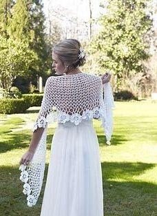 Non è bellissimo questo scialle per la sposa fatto a mano ? Se vi dilettate con il crochet o la vostra nonna sferruzza a tutto andare potete creare questo scialle con lo schema che trovate, gratuit…