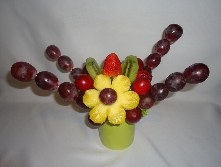 Cósmico. Margaritas de piña con botones de uvas rojas, bastones de uvas rojas, rebanas de kiwi, fresas frescas al natural y ciruelas rojas en un hermoso vaso mug. $30.000