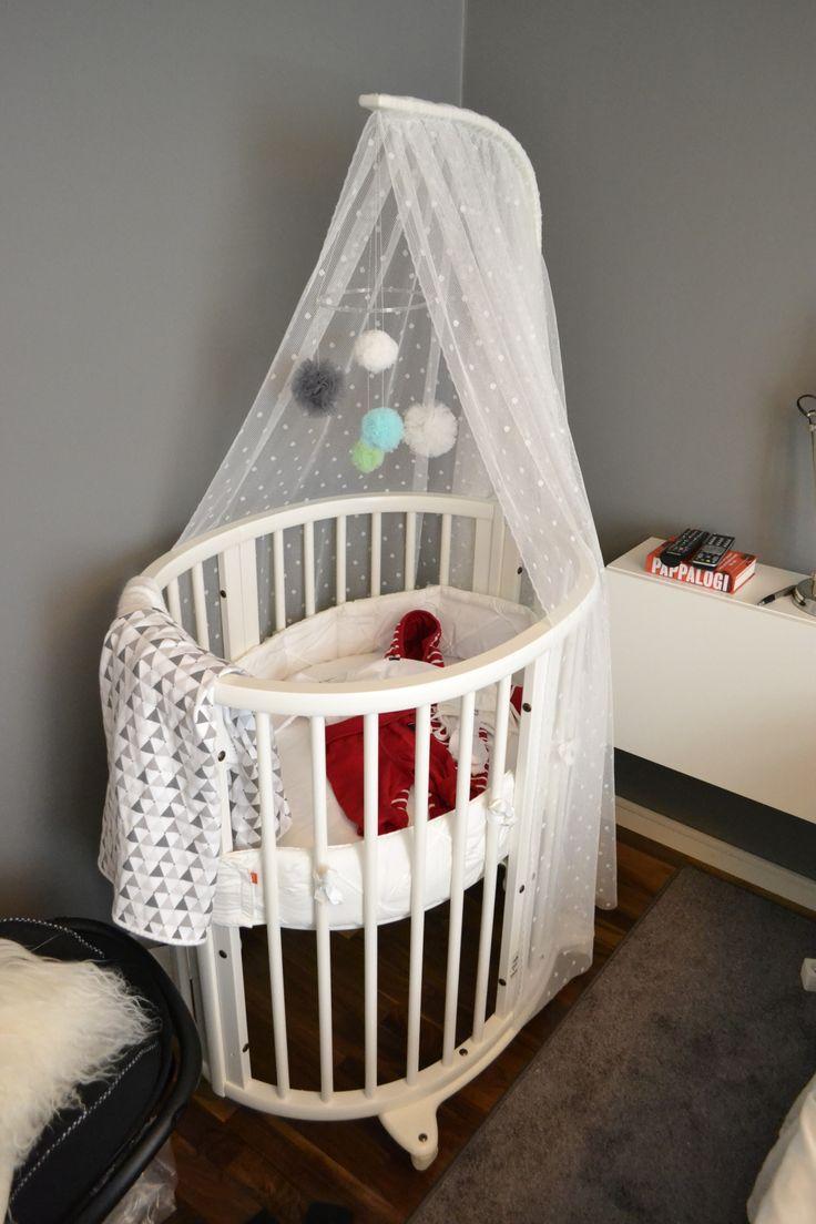 Äntligen färdig! Stokke Sleepi Mini Spjälsäng. Har sytt sänghimmeln och pysslat ihop sängmobilen med hjälp av tyll tyg. Filt Littleheart <3