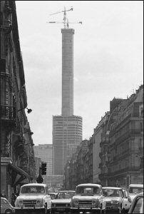 1972 la Tour Montparnasse vue de la rue de Rennes