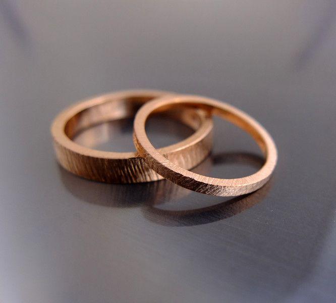 Metal szlachetny: różowe złoto Próba: 0,585 (14k) Masa obrączek: około 5-9 g (w zależności od rozmiarów) Szerokość: ok. 1,5 mm i 3 mm Rozmiary: dowolne  Przybliżony termin realizacji: 5 dni roboczych  Przy zamówieniu proszę w wiadomości podać rozmiary.