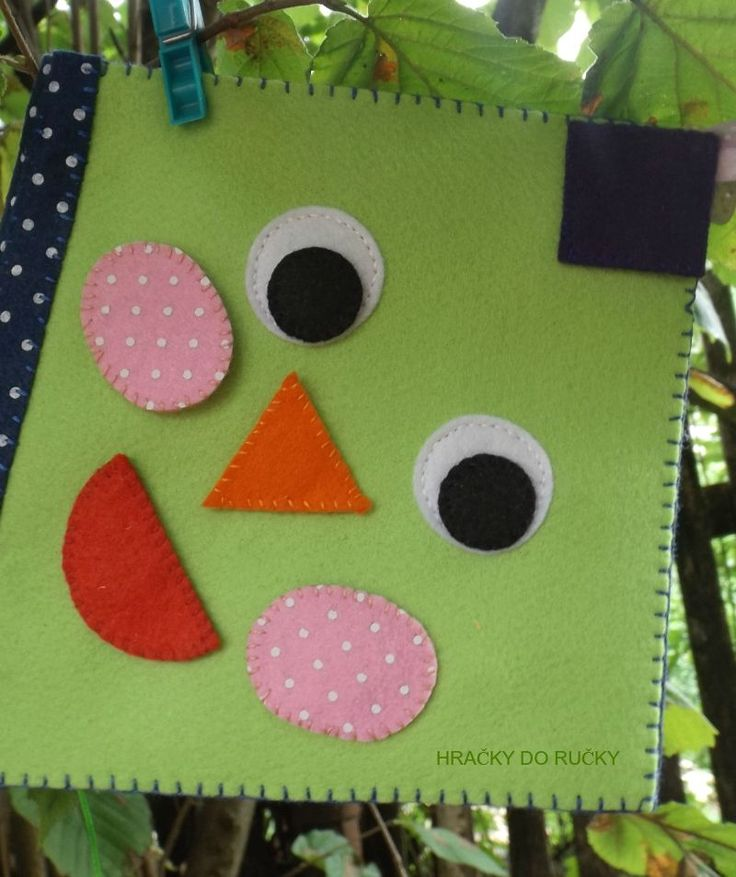 Dráček létající - quiet book - ORIGINÁLNÍ ručně šitý DRAK ze silnější plsti - didaktická knížka ve tvaru létajícího draka, děti se učí různé tvary, barvy, jemnou motoriku - cena je za 4 strany: 1. strana - děti se učí TVARY, BARVY - uchycené na suché zipy, 2. strana - PROVLÉKÁNÍ dráčkova ocásku, 3. strana - PIŠKVORKY (sluníčka a mráčky), nejoblíbenější ...