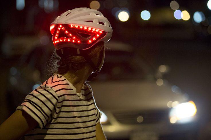 Lumos - Fahrradhelm Automatisches Bremslicht  Lumos registriert, wenn Sie Ihre Fahrt verlangsamen und schaltet automatisch das Bremslicht* ein. *DieseFunktion wirkt sich auf die Betriebsdauer mit einer Akkuladung aus und ist standardmäßig ausgeschaltet (kann jederzeit aktiviert / deaktiviert werden).