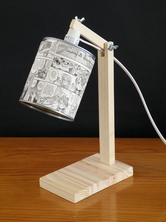Une lampe de bureau en bois avec une boite de conserve recouverte de bande dessinée