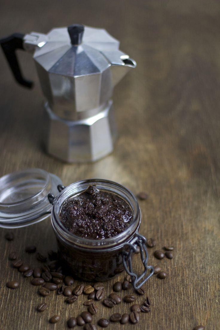 Beauty DIY Tutorial: Kaffee-Vanille-Körperpeeling. Mit diesem Peeling bekommt ihr wirklich streichelzarte Haut.