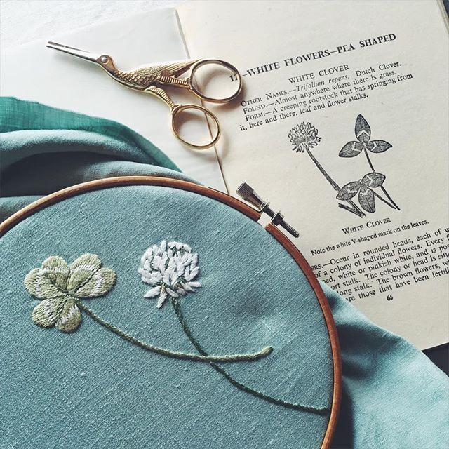 きれいな色のリネンに クローバーと 白詰草の刺繍。 シンプルなブラウスに仕立てます。