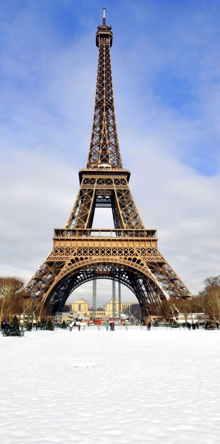 Torre Eiffel en la nieve en un día soleado de invierno    Fotografía increíble de las ciudades y Señales famosas de alrededor del mundo