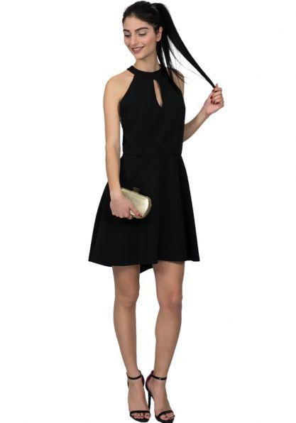 Φόρεμα mini Shine αμάνικο κλος. Το φόρεμα έχει άνοιγμα στο στήθος και κλείνει πίσω στο λαιμό με κουμπί. Αφήνει ακάλυπτους τους ώμους και στη πλάτη έχει εντυπωσιακό άνοιγμα με εξαιρετικής ποιότητας δαντέλα που καταλήγει στη μέση. Είναι ένα εντυπωσιακό φόρεμα για βραδινές εξόδους. Συνδυάζεται με ψηλοτάκουνα πέδιλα ή γόβες Ύψος μοντέλου χωρίς τα παπούτσια 1,80cm
