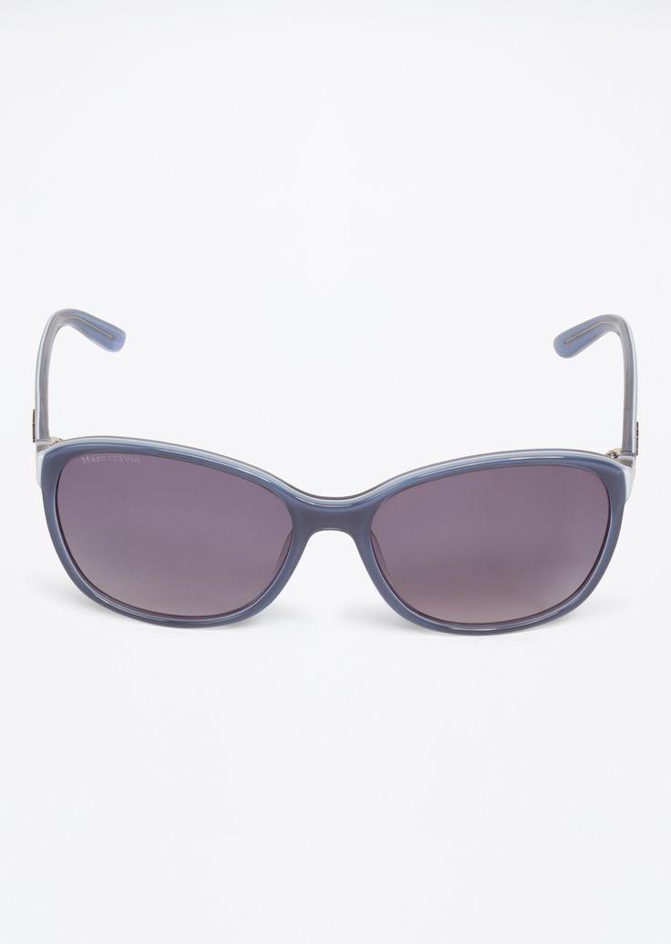 Zonnebril  Description: De zonnebril in vlindervorm heeft twee kleuren aan de rand en aanzet. De glazen van kunststof tonen een zacht kleurverloop.  Price: 161.00  Meer informatie  #Marc OPolo