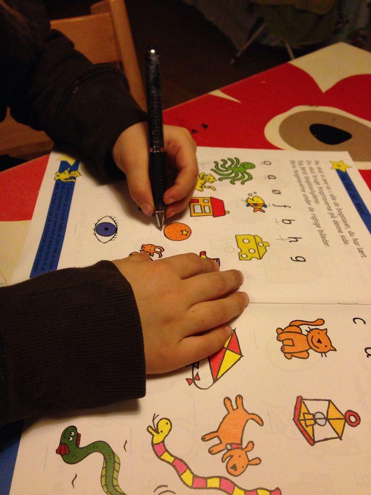 Opgavehæfter er geniale som forberedelse før skolestart. Børn er nysgerrige og villige til at lære, så længe man lader dem gøre det i deres eget tempo og bevare den naturlige lyst til leg.
