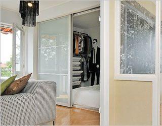 Ikea Pax kastdeuren gebruikt als afscheiding voor de slaapkamer