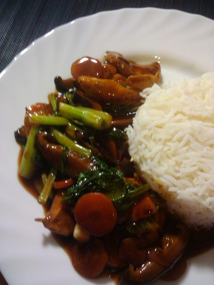 Ingrédients pour 2 personnes: 1 blanc de poulet (ou du tofu si on veut le faire pour les végétariens) 2 carottes 6 shitaké séché 200 g de bréde de chine (ou pak choy) 5 tiges de queue oignon (ciboule) 3 cuillères a soupe de sauce d'huitre 3 cuillères...