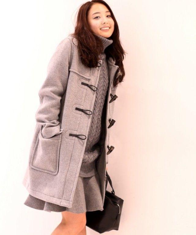 明るいグレーのダッフルコートをオールグレーコーデで上品に。ざっくりニットやフレアスカートと女性らしいアイテムがぴったり。