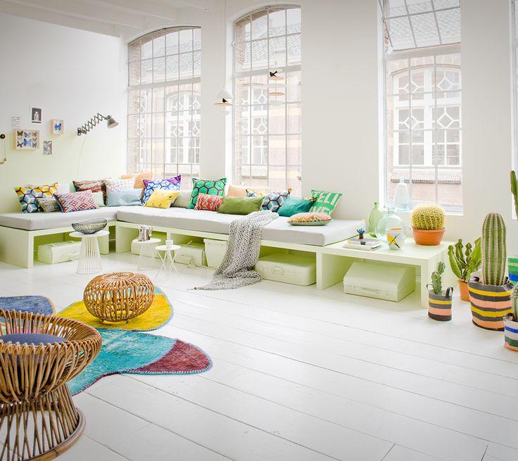 De kleurige meubels breken het witte interieur. #kleur #interieur