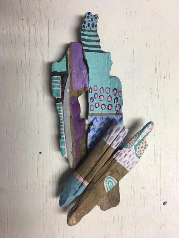 Set van 4  Ongeveer variërend 2-8 duim in lengte  De miniatuur Geest stokken zijn liefdevolle verzameld in de uit magische zuidwestelijk colorado, meestal drijfhout geëffend door de rivier Animas. Ze zijn zorgvuldig aangepaste hand geschilderd met behulp van lichte en pastel kleuren, met toegevoegde geometrische patronen en stippen voor een leuke tribal chique look.  Zij zijn gereinigd met wierook en kwartskristal energie en eventueel wat bosrijke colorado geest magie toe te voegen…