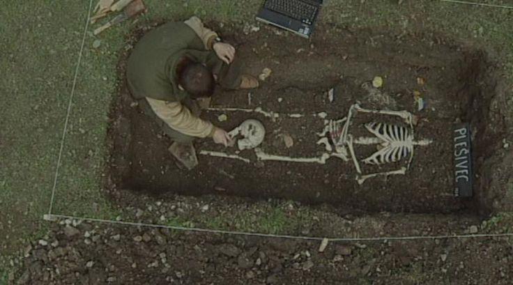 Při výkopech za starými hradbami Krumlova ve čtvrti Plešivec objevili archeologové kostru ženy s hlavou mezi nohama.