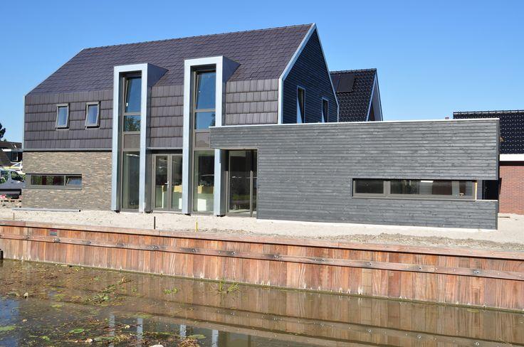 Antraciet dakdelen, gemeleerd grijze bakstenen en blauwgrijs zink