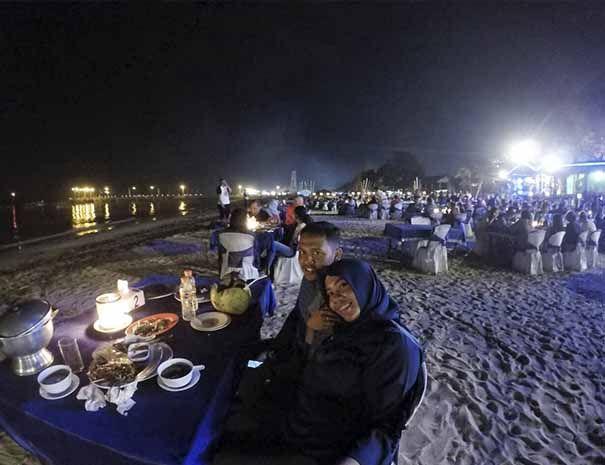 Paket Dinner Jimbaran New Furama Cafe merupakan alternatif menu makan malam anda di Bali, dinner di pantai Jimbaran mungkin akan memberikan anda sebuah sensasi yang unik sekaligus romantis.