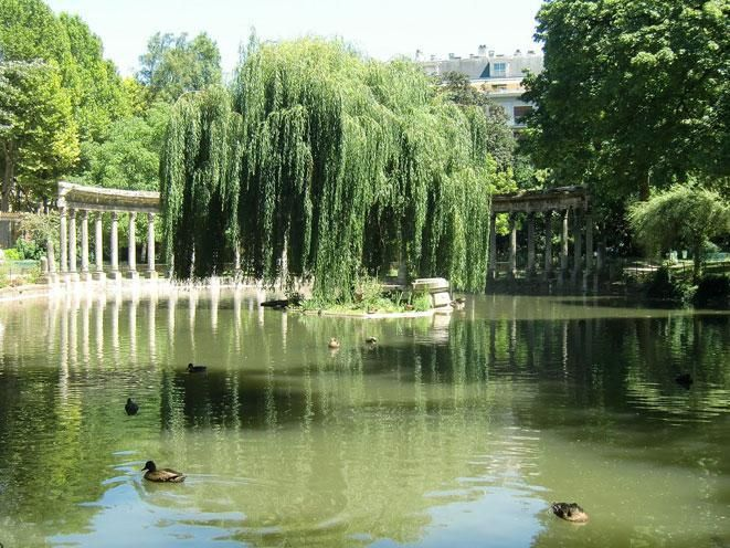 Parc Monceau : marvelous park, the houses are around it in little streets with beautiful names... Come & see !