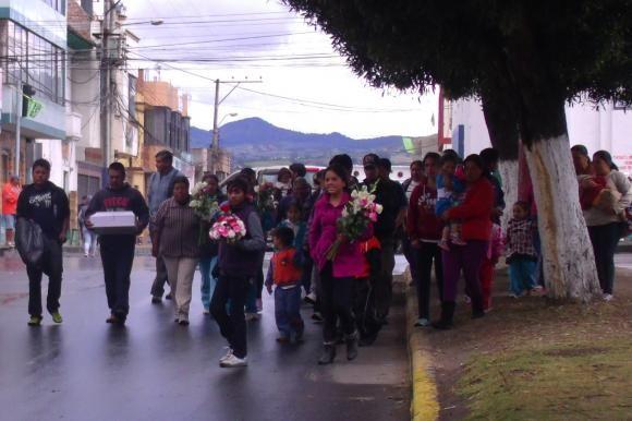 La muerte de un recién nacido no es motivo de luto sino de fiesta en la ruralidad ecuatoriana. Los deudos del infante fallecido lucen vestidos de colores como parte de la tradición.