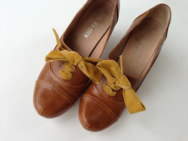 Oxfords with mustard ribbon shoelaces ♥