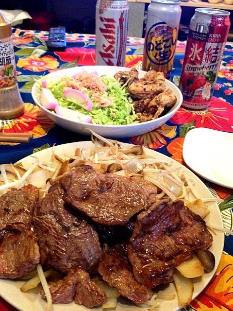 昨日、母さんが市場で買ってくれた上ハラミを塩コショウでレアに炒めた。けど鳥も食べたいから即席調理!肉しかないので魚はツナと蒲鉾でカバー。この後トーフの味噌汁もあるので。バランスはぼちぼちかと…。 - 11件のもぐもぐ - 上ハラミと野菜炒め。鶏胸肉竜田揚げ。かまぼことツナのサラダ。 by nao