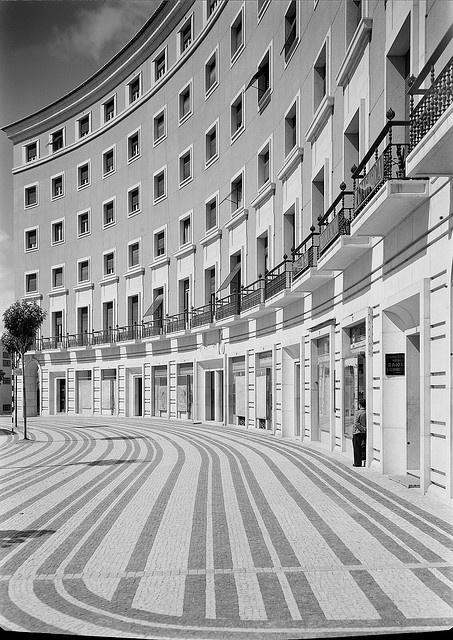 Praça do Areeiro, Lisboa,c.1950.  Fotografia: Estúdio de Horácio de Novais,inBiblioteca de Arte da F.C.G..