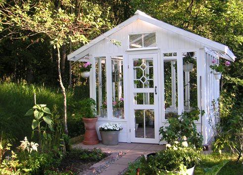 Tahtoo tällaisen vanhoista ikkunoista tehdyn kasvihuoneen!